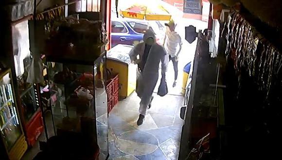 En menos de 30 segundos y al grito de ¡Dame la plata o te mato!, dos delincuentes armados irrumpieron en una bodega-panadería, encañonaron a los empleados y robaron dinero y celulares, en El Agustino. (foto: Trome)
