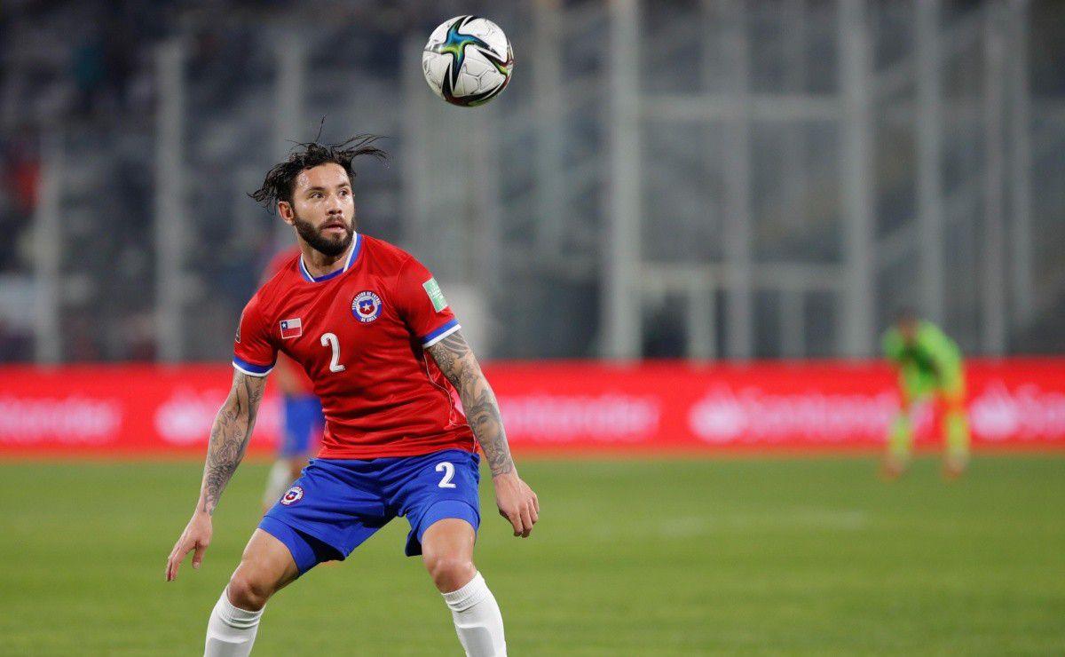 Eugenio Mena fue desconvocado y no jugará ante Perú. (Foto: EFE)