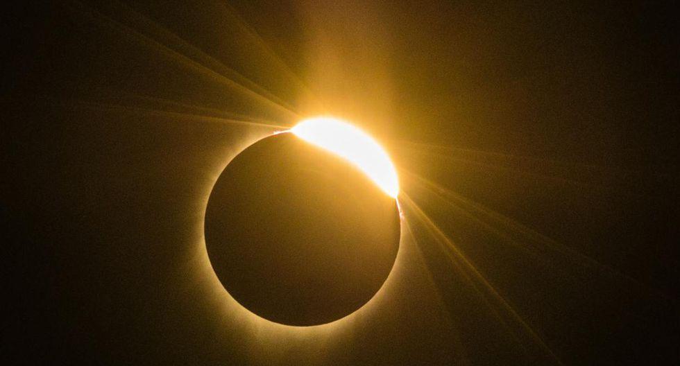 El efecto de anillo de diamante es visible a medida que la luna pasa frente al sol durante un eclipse solar total. (Foto: AFP)