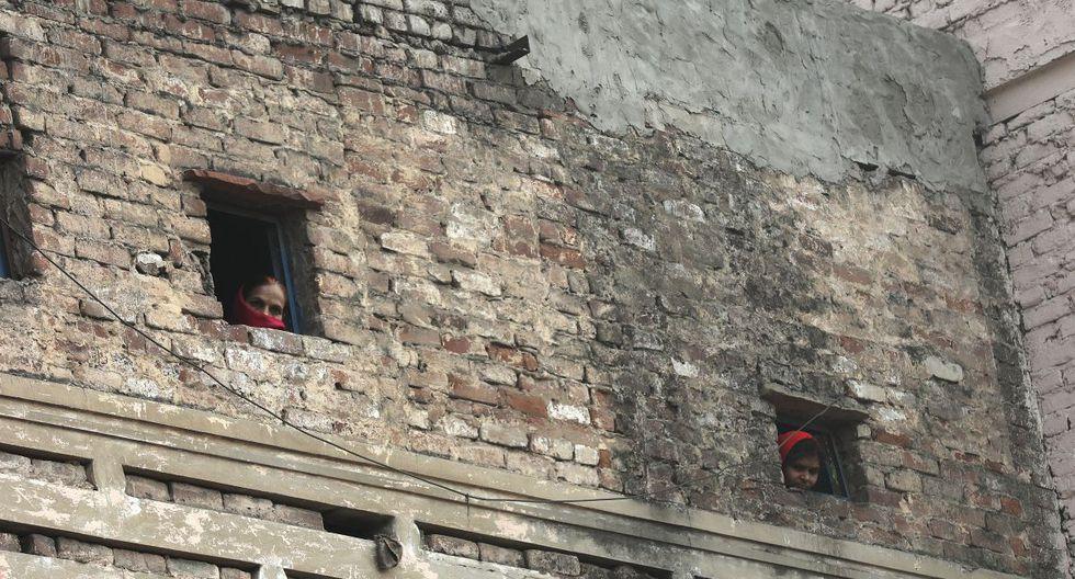 Los bomberos explicaron que las condiciones de acceso a la zona del siniestro fueron muy complicadas. (EFE)