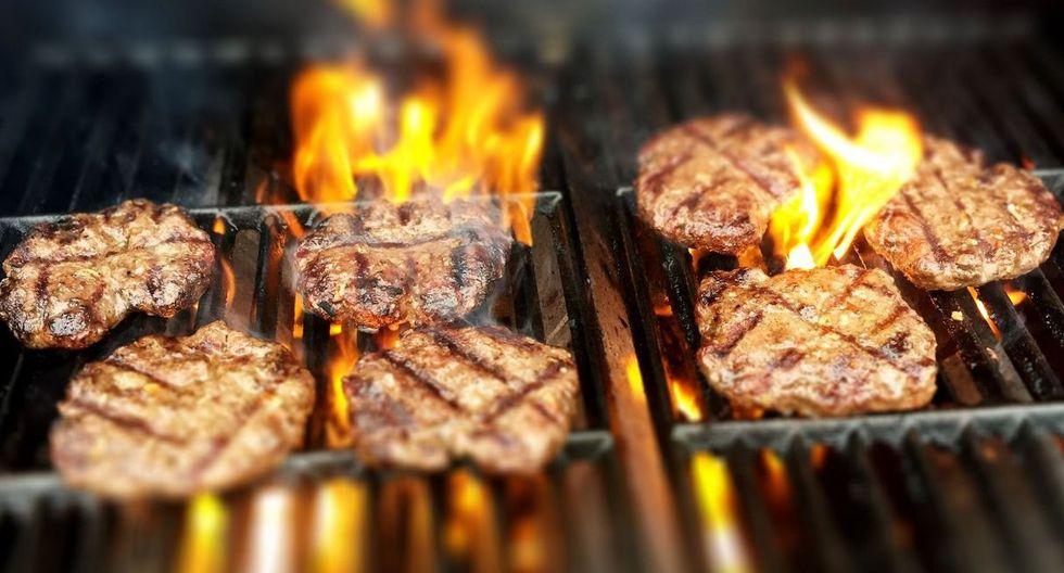 Elige asar pescado, mariscos, aves o vegetales en lugar de carne roja y procesadas como los embutidos. (Foto: Pixabay)