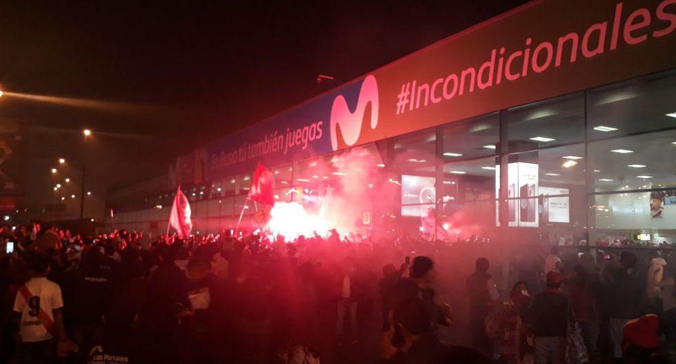 Selección peruana llegó a Lima y fue recibida por cientos de hinchas en el aeropuerto (Foto: @simplepenumbra)