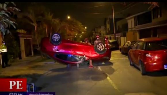 Accidente ocurrió esta madrugada a la altura de la cuadra 2 del jirón Cosmos, en Santiago de Surco. (Captura: América Noticias)