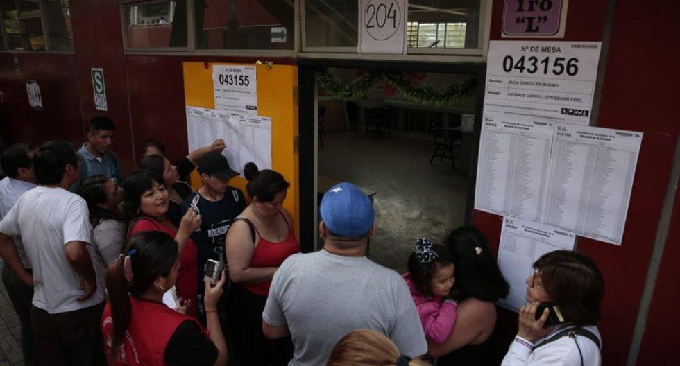 Ciudadanos esperan frente a un aula del colegio República de Francia, en Villa El Salvador. (Foto: Fernando Sangama)