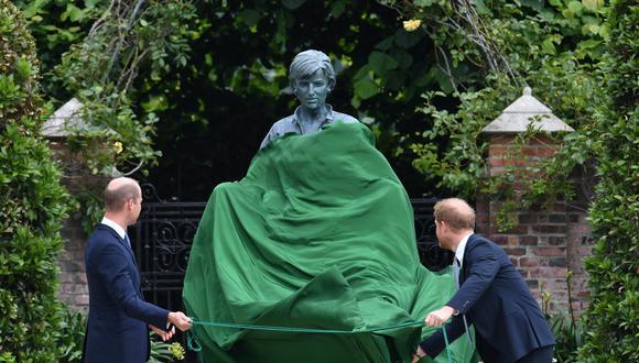 El príncipe Guillermo de Inglaterra, duque de Cambridge (izq.) Y su hermano Harry develan una estatua que encargaron a su madre Diana, princesa de Gales, en el Sunken Garden del Palacio de Kensington en Londres. Gran Bretaña, el 1 de julio de 2021, en lo que habría sido su 60 cumpleaños. (Foto: EFE / EPA / Dominic Lipinski / POOL NO SALES)