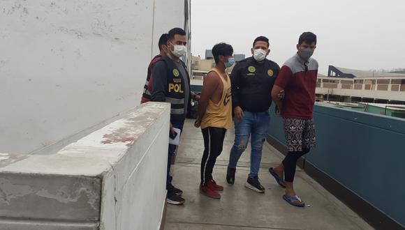 El venezolano Edwar Alexander Hernández Sandoval (33) y Xander Pacaya Sinuiri (18), que serían de la banda 'Los Feroces del Morro Solar', fueron atrapados en un cerro, cuando fugaban corriendo tras asaltar a mano armada a ocho ciclistas, a quienes atacaron a golpes para robarles sus pertenencias, en Chorrillos. (foto: TROME)
