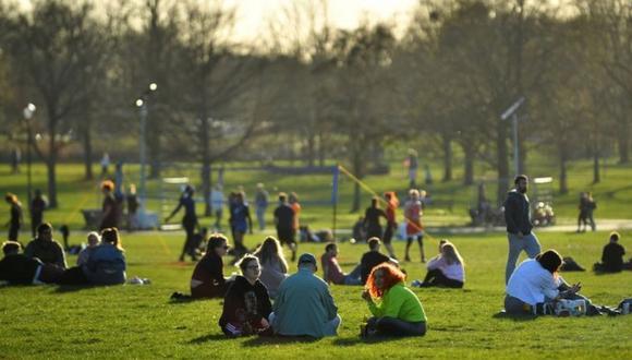 Londres empieza a relajar sus restricciones y desde el lunes 29 de marzo hasta seis personas (o dos familias) pueden reunirse en espacios al aire libre. (Foto: Reuters)
