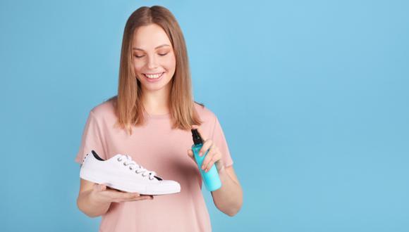 Para limpiar tus zapatillas blancas solo necesitas agua, detergente, un cepillo y un paño húmedo.