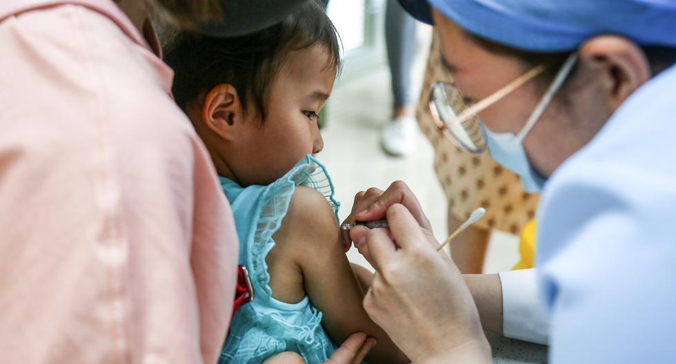 Hasta el momento se han iniciado pruebas clínicas en humanos de algo menos de cuarenta posibles vacunas contra el coronavirus a nivel mundial, de las que una decena se realizan en China. (Foto: STR / AFP)