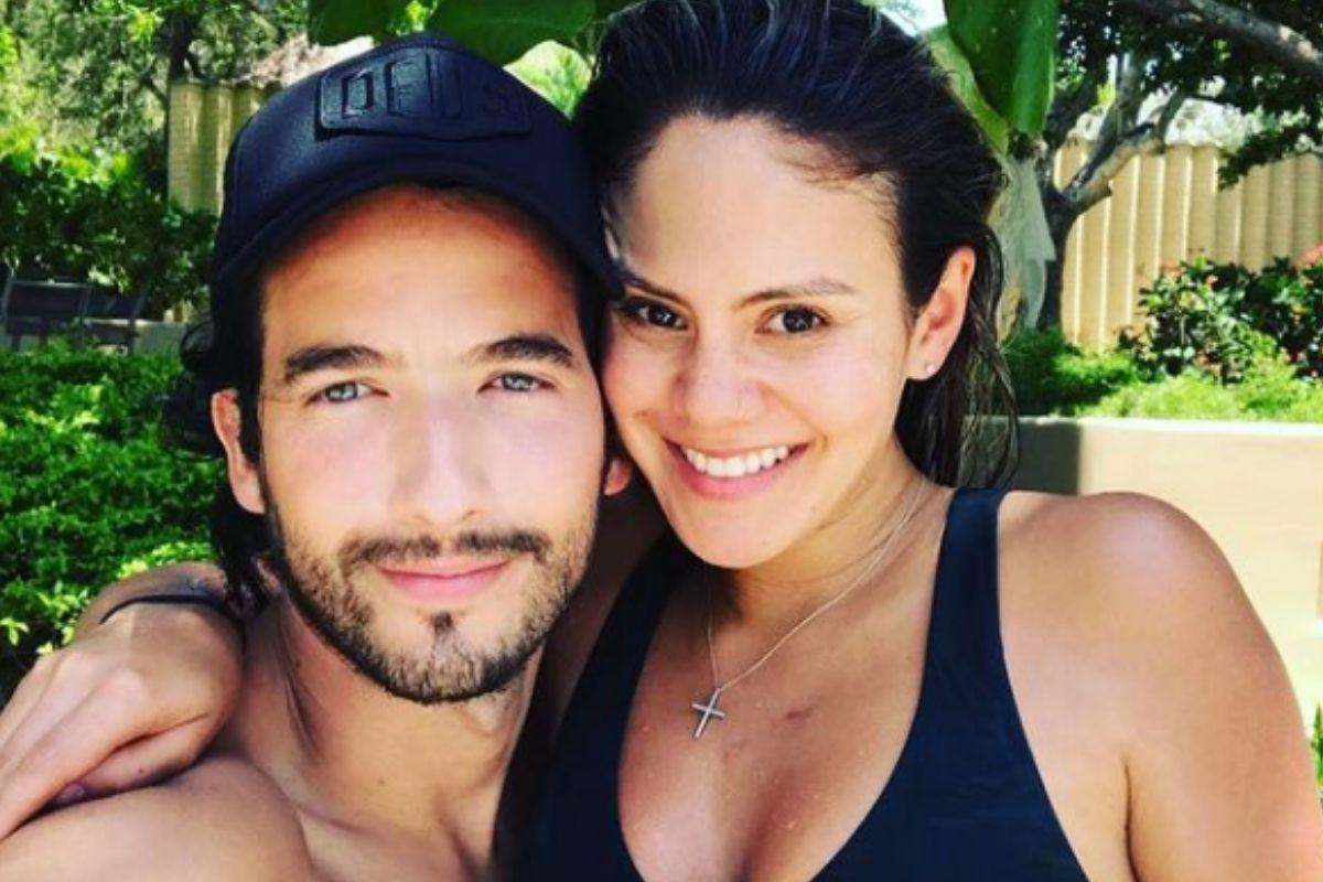 El actor Carlos Torres y su novia, posan en sus días de vacaciones por la playa (Foto: Carlos Torres/Instagram)