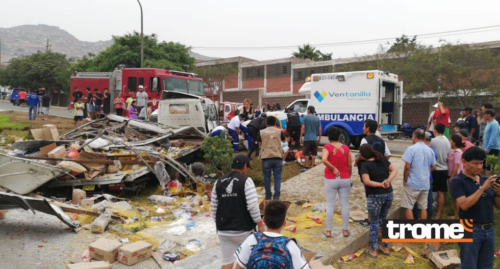 Despiste y choque de camión contra mototaxi en Ventanilla habría dejado un muerto y varios heridos.