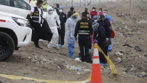 Ancón. Peritos de criminalística examinaron el cadáver de la mujer. (FOTO: DIANA MARCELO/GEC)