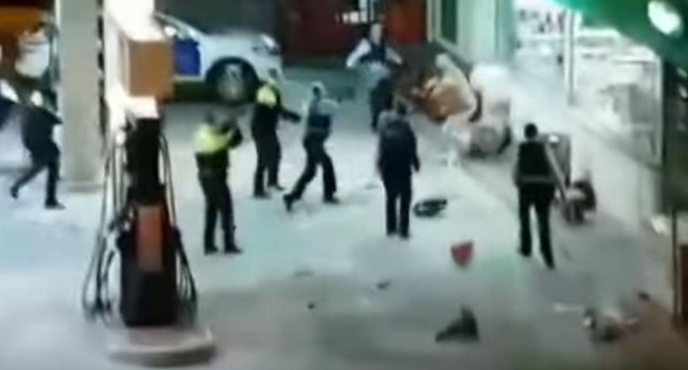 Hombre se enfrenta a 10 policías armado con una motosierra.