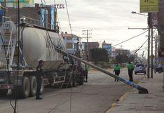 Puno: Chofer                         de camión se salva de morir electrocutado tras                         engancharse en cables y derribar poste