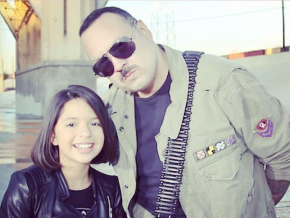 La pequeña posando para la cámara junto a su padre Pepe Aguilar (Foto: Ángela Aguilar / Instagram)
