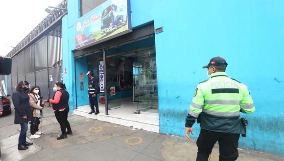 Varios de los agraviados hicieron conocer del asalto y robo en la empresa de transportes. Ellos reclamaron más seguridad en las carreteras. | Foto: Gonzalo Córdova